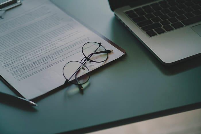 Equipo de oficina en una mesa verde: consejos para el seguro de fotografía y cámara