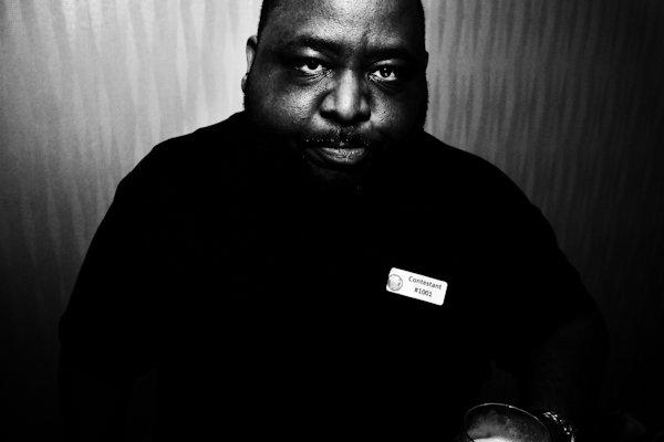 Una imagen de un hombre en blanco y negro - Fotografía de retrato
