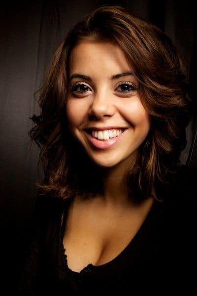 Una imagen de una niña con una gran sonrisa para fotografía de retrato.