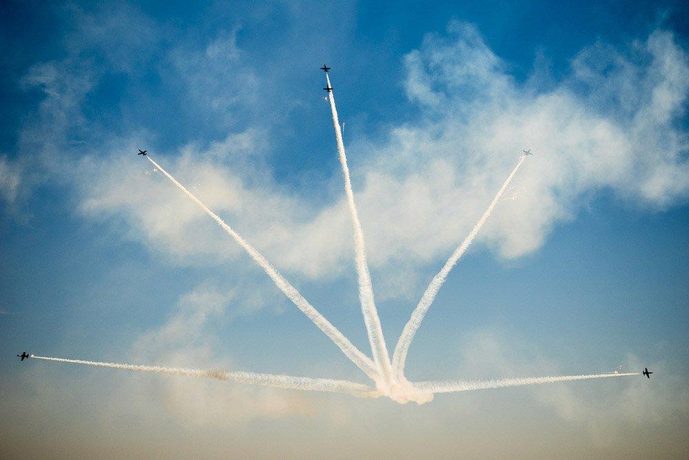 Foto de aviones formando figuras en el cielo.