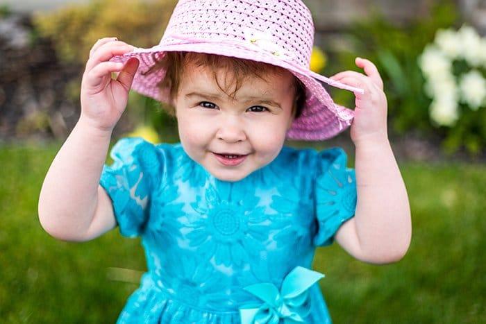Foto de una niña con un sombrero rosa