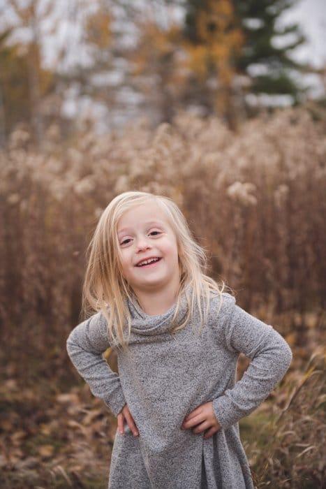 Foto de retrato de una niña al aire libre