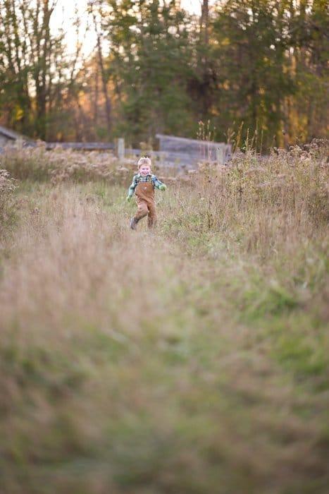 Foto de un niño corriendo en un campo