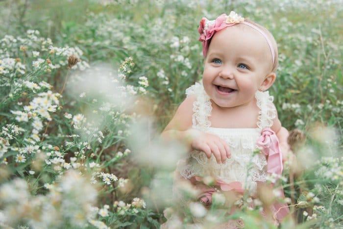 Foto de una niña en un campo de flores