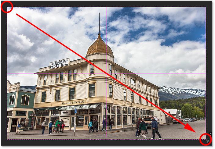 Dibujar un borde de recorte con la herramienta Recorte en perspectiva en Photoshop.