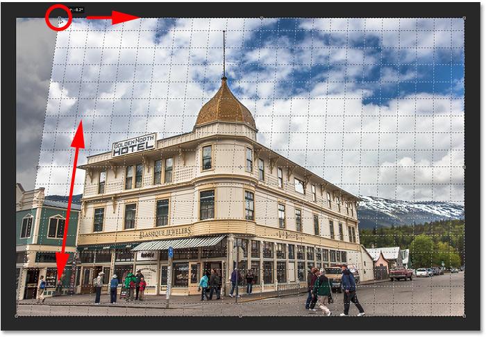 Corregir la perspectiva haciendo coincidir la línea de la cuadrícula con el lado izquierdo del edificio en Photoshop