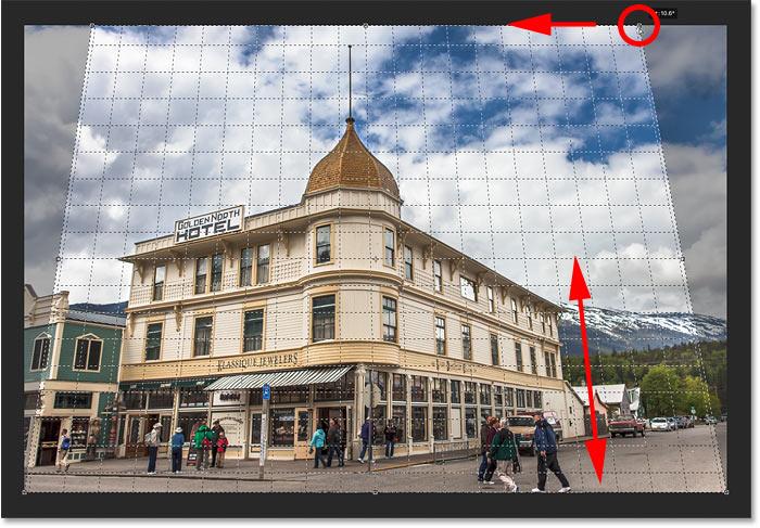 Hacer coincidir la línea de la cuadrícula de perspectiva con el lado derecho del edificio para corregir la perspectiva en la imagen