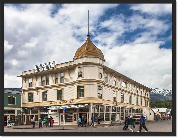 El edificio ya no se inclina hacia atrás después de corregir la perspectiva con la herramienta Recorte de perspectiva en Photoshop