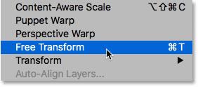 Seleccionando el comando Transformación libre en Photoshop CS6.  Imagen © 2012