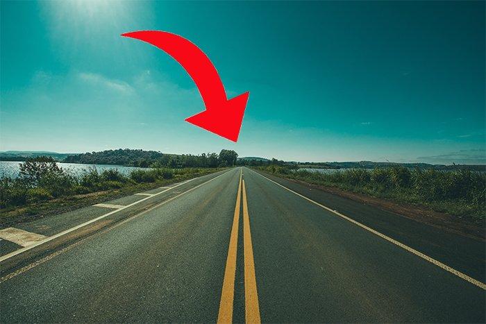 foto de una carretera vacía con una flecha roja que muestra el punto de fuga en la línea del horizonte