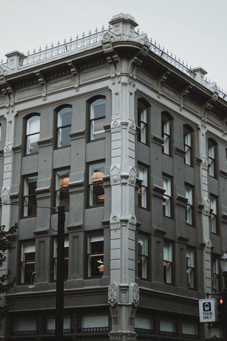 Fotografía en blanco y negro de la fachada de un edificio antiguo y alto