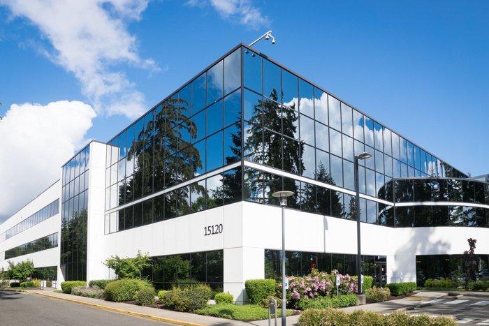 foto de un edificio con ventana de espejo tomada desde la esquina