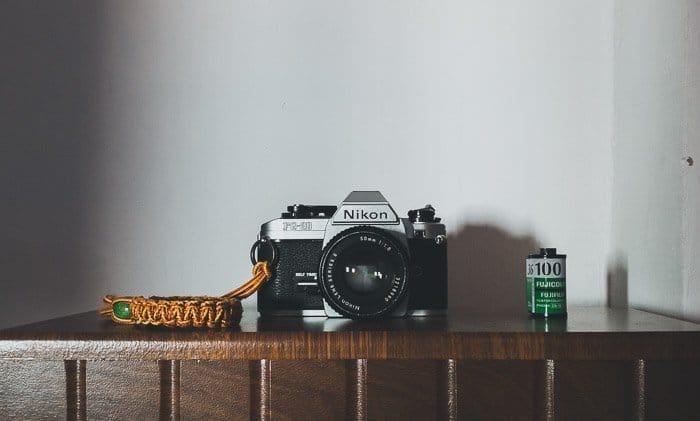 Una cámara Nikon colocada en un estante
