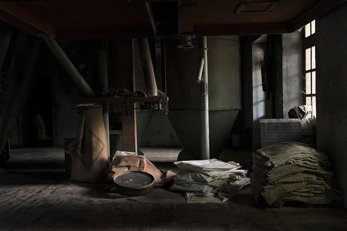 Una foto de una habitación oscura con luz lateral que entra por la ventana.