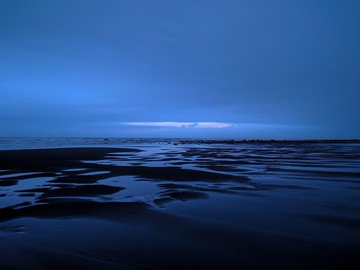 Foto de un paisaje acuático en la hora azul con una luz azul suave