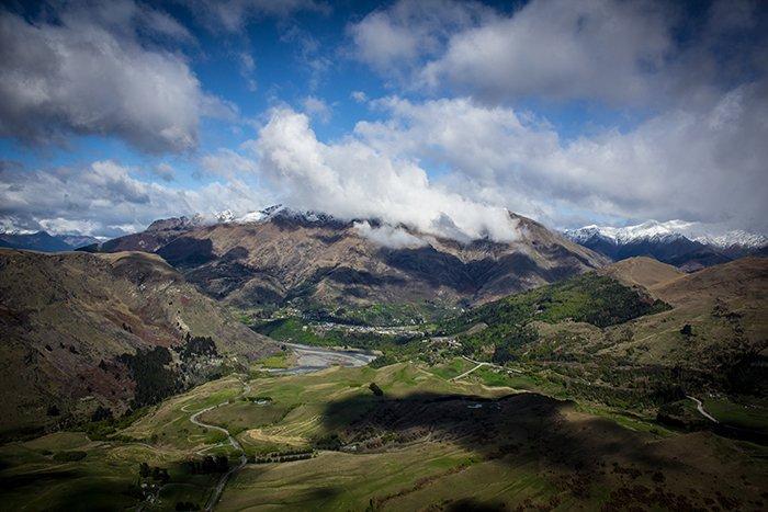 Foto de paisaje de un valle con nubes en el centro de atención