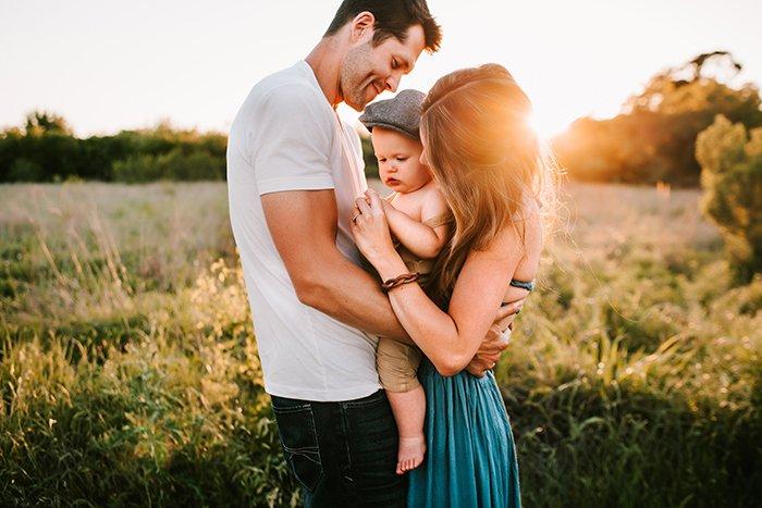 Foto de una familia en un campo al atardecer en luz dorada
