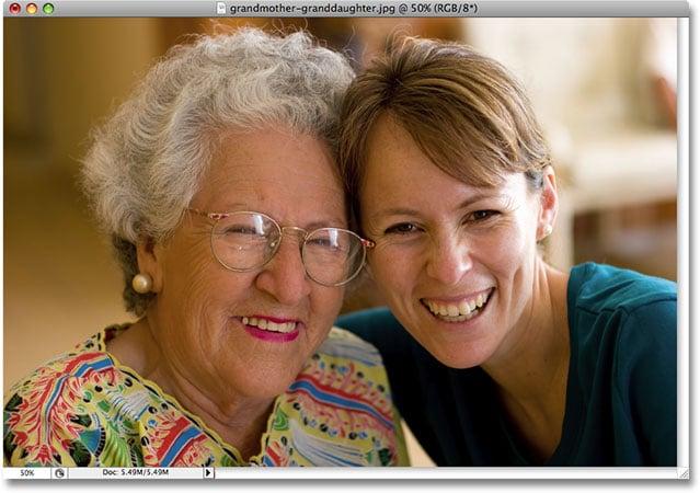 Una foto de una abuela y una nieta.  Imagen utilizada con permiso de iStockphoto.com
