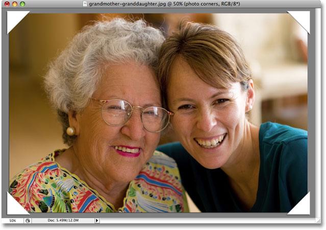 La imagen ahora tiene un efecto de esquinas de fotos aplicado.  Derechos de autor de la imagen © 2008 Photoshop Essentials.com