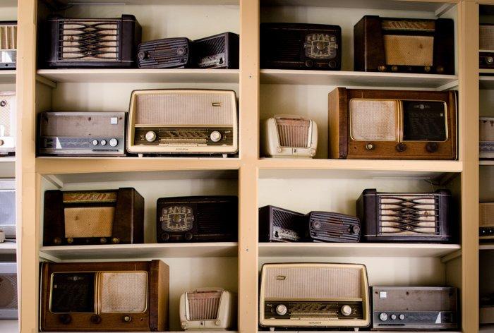 Un conjunto de estanterías que muestra muchos aparatos de radio antiguos: malos tipos de fotos de archivo