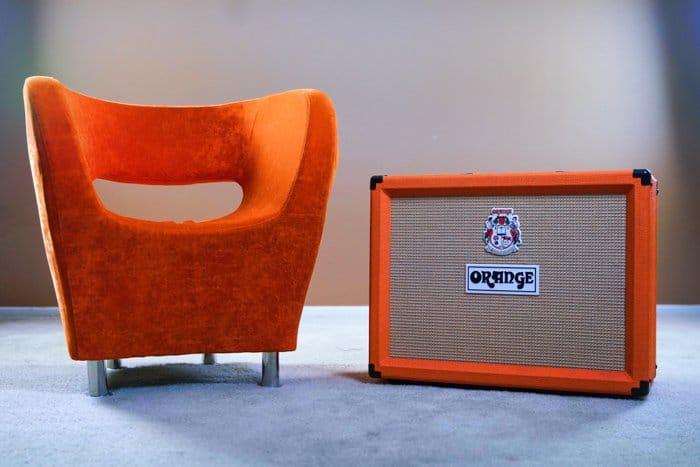 Un amplificador naranja junto a una silla naranja - tendencias de fotografía de stock