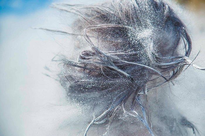 Retrato abstracto con cabello y harina volando - fotografía de textura fresca
