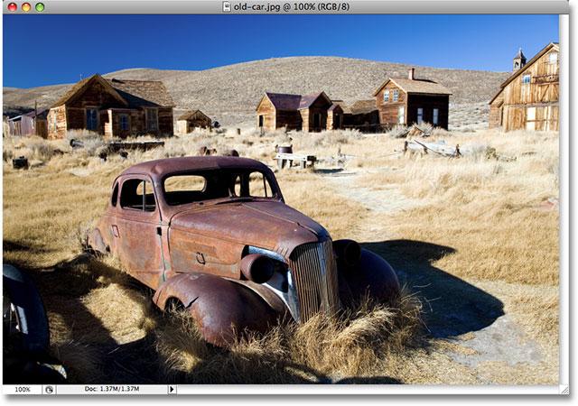 Una foto de un coche viejo.  Derechos de autor de la imagen © 2008 Photoshop Essentials.com
